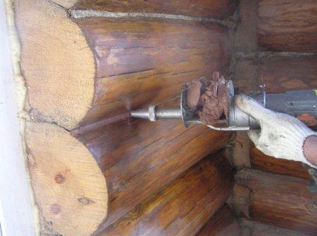 Щели в деревянном срубе