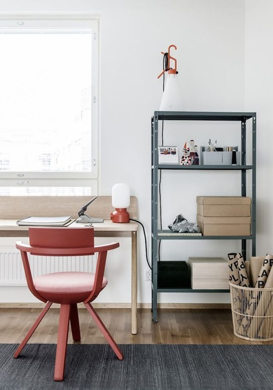Красное офисное кресло в интерьере